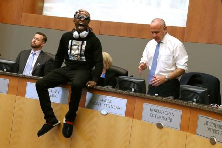 STEPHON CLARK'S BROTHER CONFRONTS POLICE AND CRASHES CITY COUNCIL MEETING TO PROTEST POLICEBRUTALITY!
