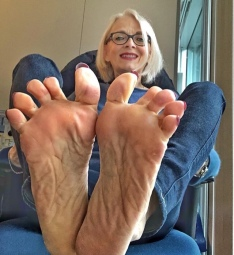VFN FOOT MODELS @feetkaty 🔥 Cougar 👣👣👣 ( Sponsored )